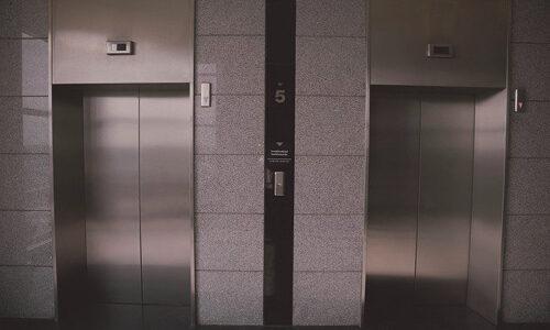 知ってた?エレベーターで違う階のボタンを押した時に複数押せば取りやめることができる!