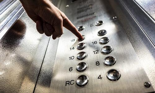 古いエレベーターに開けるボタンしかない!?